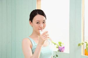 901水を飲む女性.jpg